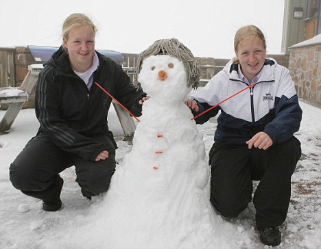 TWINS ELIZABETH(L) AND JEANETTE MCGREGOR WHO BUILT A SNOWMAN ON THE PUBLIC VIEWING PLATFORM AT CAIRNGORM..SEE SNOW WEATHER STY... PIC PETER JOLLY