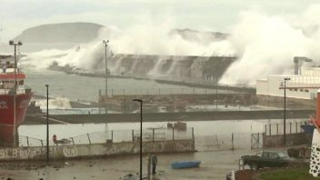 Huge Waves, Storm Surge Cause Damage on Pico Island In The Azores