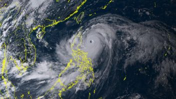 165 mph Mangkhut slams Philippines (strongest since Haiyan) Followed by Hong Kong's worst hit since 1983